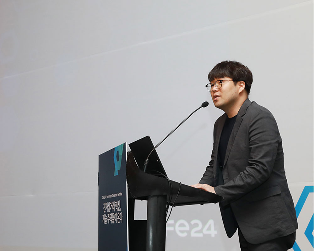 Cafe CTO Dong-woo Noh makes a speech